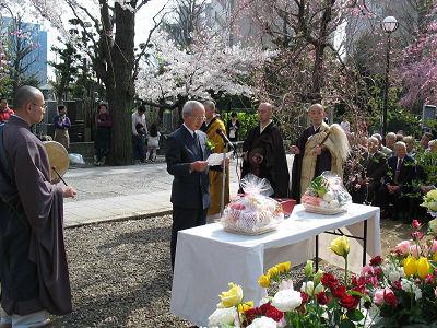 諏訪山吉祥寺で花供養。樋口実行委員長が花の御魂に供養文をささげる