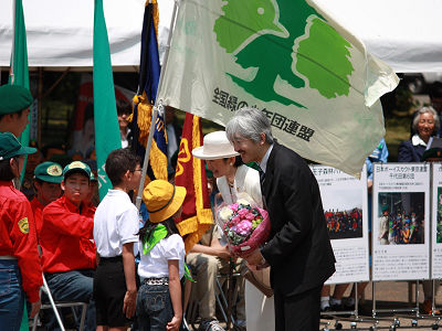 緑化運動推進へ「みどりの感謝祭」。秋篠宮ご夫妻に子どもたちから花束