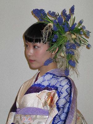 ムスカリを使った斬新なヘッドドレス。球根切花のユニークな使用例
