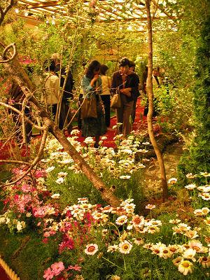 ホテルの会場を緑や花で埋めて世界の庭、「10カ国大使夫人のガーデニング」