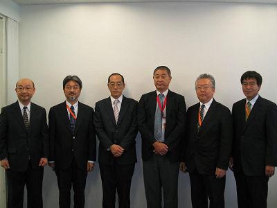 宮本会長(右から3人目)、藤澤社長(同4人目)ら新役員のうち6人