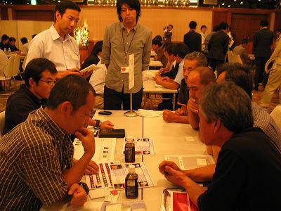 大田花き薔薇会議で生産者と買参人が活発に意見交換