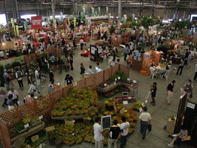 豊明市場で「JFIトレードフェア2009秋」。手前、カルーナのブースは、ベストブース賞受賞の筒井園芸