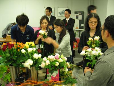 フローリストが産地提供のバラを使ったデモ