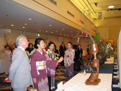 フェアの花展をご覧になる高円宮妃殿下