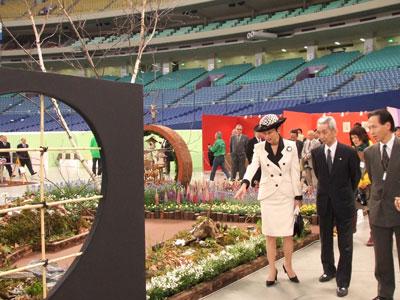 色とりどりの花が集合「フラワードーム」。高円宮妃殿下が会場をご覧に