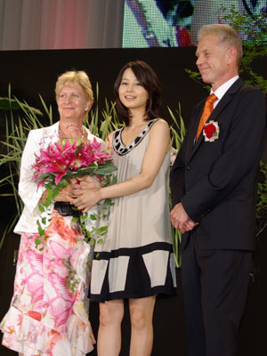 今年のミズ・リリーに堀北真希さん(中央)。オランダ臨時代理大使夫妻から「ビビアナ」の花束が贈られる