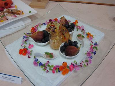 ホテルシーパレスリゾートのシェフによる豊橋の果実のコンポートとエディブルフラワーのクリスタル