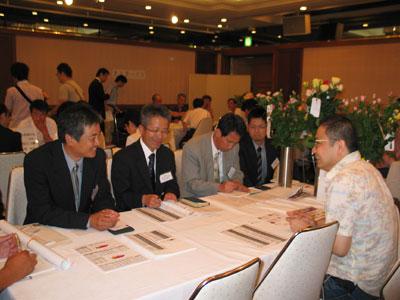 大田花き薔薇会議での情報交換会。生産者と買参人が熱心に商談