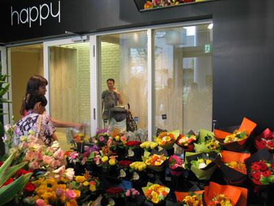 黒を基調にした「happy」店内。花々の色が一層映える