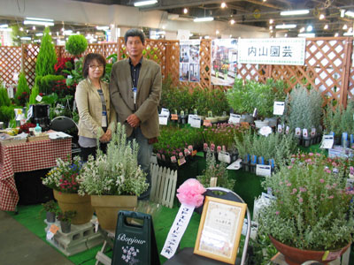 JFIトレードフェア大賞を獲得した内山園芸のブース。(右)内山隆之氏