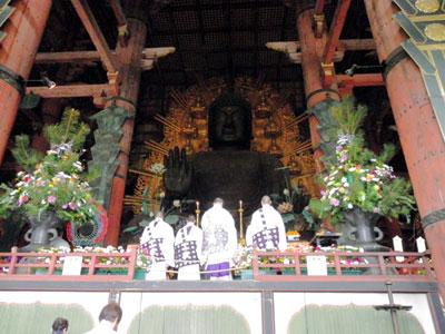東大寺大仏殿での花まつりに花の大装飾を提供