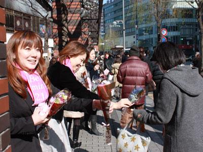 「フラワーバレンタイン」普及へ花束配布など各地で活発にイベント