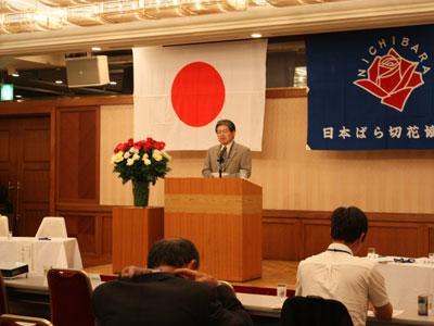 日本ばら切花協会の総会で榎本雅夫会長があいさつ