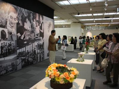 マミフラワーデザイン展会場では川崎景介校長によるギャラリートークも