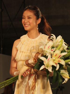 ユリ「ニンフ」の花束を胸に、ミズリリーに選ばれた武井咲さん
