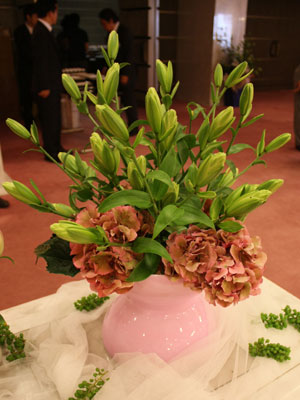 ユリ品種「ダブリン」を使ったアレンジ。葉でも花でもなく開花しない新タイプ
