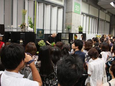 被災地支援イベント「花の力 for JAPAN」でトップデザイナーがフラワーデモ