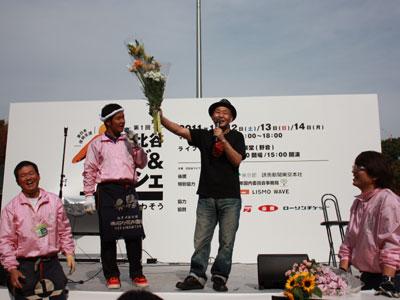 泉谷しげるさんが呼びかけ東日本復興支援へライブとマルシェ。花のセリを盛り上げる泉谷さん