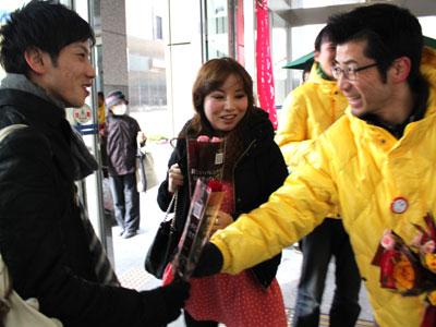 仙台市でフラワーバレンタインをアピールするため花束を配布