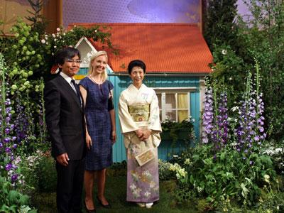 フィンランドの庭をご覧になる高円宮妃殿下(右)、同国大使夫人(中央)、白砂伸夫神戸国際大学教授・ランドスケープデザイナー