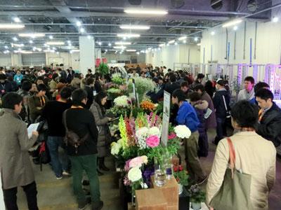 熱気あふれる「全国花き業界若手会」。FAJ新館で生産者60人の商品展示