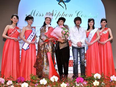 ミス日本グランプリの鈴木恵梨佳さん(左から3人目)。右隣はヨシタミチコFDA理事長、松島勇次氏