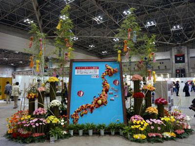 仙台七夕をモチーフにした展示。被災地で栽培再開したカーネーションやガーベラを使い、復興状況や支援への感謝を表現