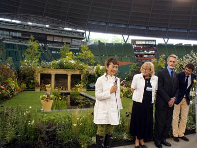 オードリー・ヘップバーンが愛した庭のお披露目式。吉谷桂子さん(左)が再現