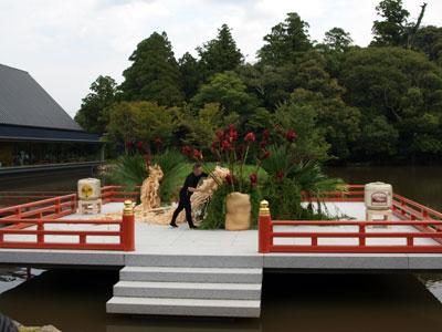 伊勢神宮外宮の奉納舞台で装花奉納を行う赤井勝氏