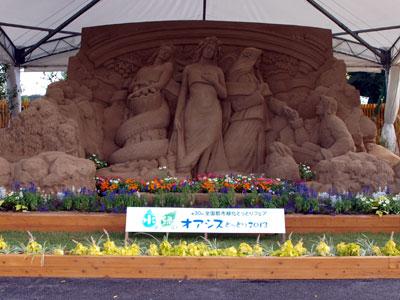 湖山池公園会場のエントランスガーデン。花で彩られた砂像「森の中の三美神」が迎える