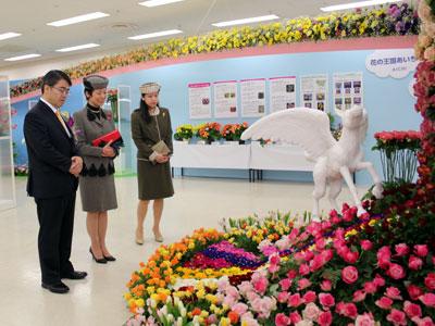 大村愛知県知事(左)の案内で会場をご覧になる高円宮妃殿下と典子女王殿下