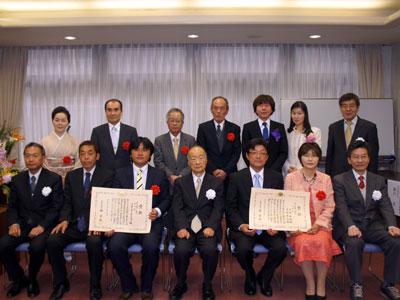 花き技術・経営コンクールの受賞者らが記念撮影